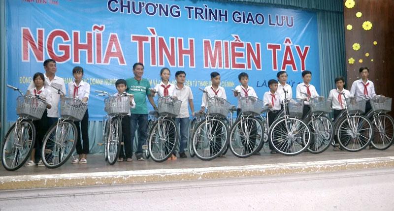Trao tặng xe đạp cho học sinh. Ảnh: Lê Chẳn