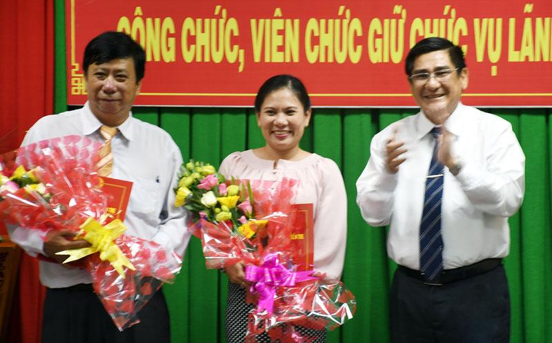 Phó chủ tịch Thường trực UBND tỉnh Trương Duy Hải trao quyết định.