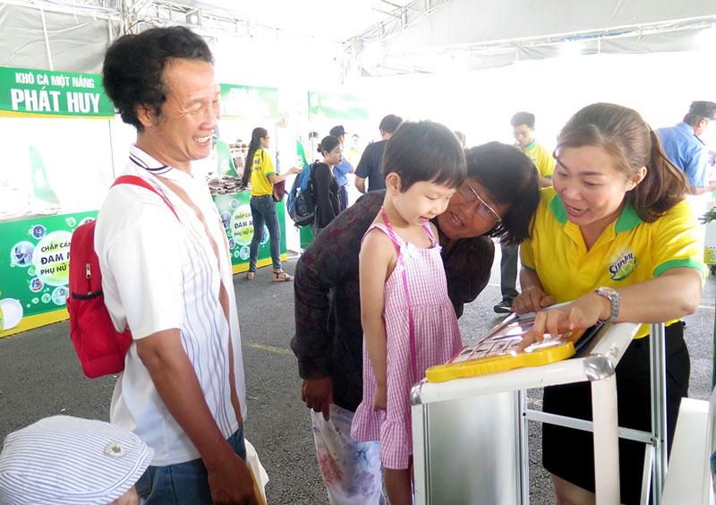 Sản phẩm sách điện tử thông minh của chị Huỳnh Thị Hồng được nhiều người quan tâm.