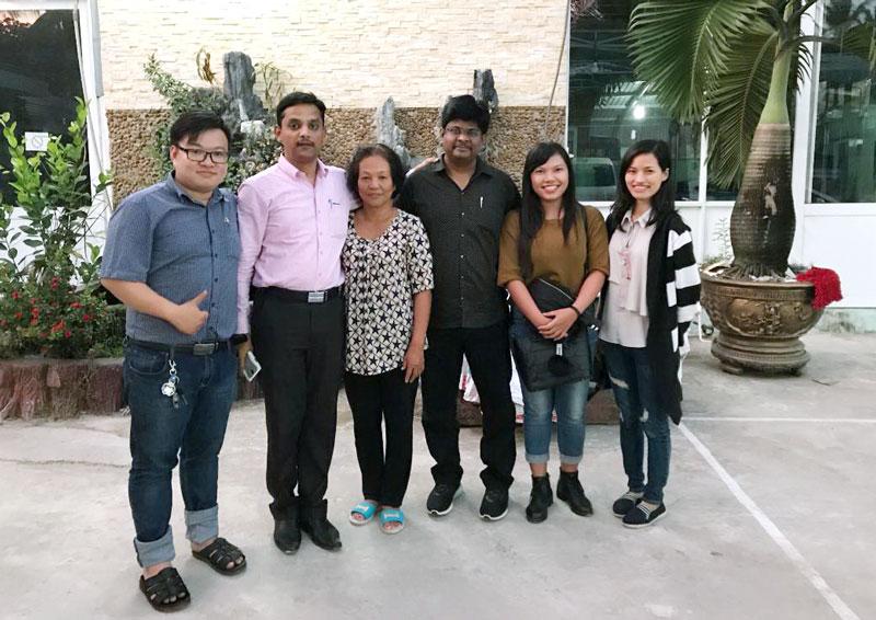 Chị Lê Thị Bê (thứ ba, trái sang) với các khách hàng nước ngoài. Ảnh:  CTV