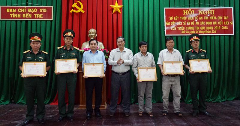 Phó chủ tịch UBND tỉnh Nguyễn Hữu Phước trao bằng khen của UBND tỉnh cho các tập thể, cá nhân. Ảnh: Q. Hùng