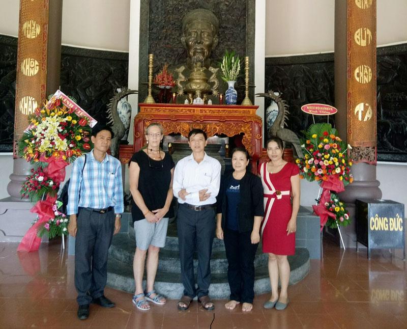 Cô Janice Crow (thứ 2 từ trái) tại Đền thờ nhà thơ yêu nước Nguyễn Đình Chiểu. Ảnh: Thúy Ngân