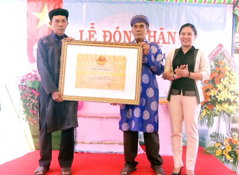 Phó giám đốc Sở Văn hóa, Thể thao và Du lịch Trần Thị Kiều Tôn  trao bằng công nhận. Ảnh: Lê Chẳn