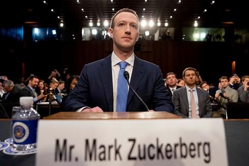Ông chủ Facebook Mark Zuckerberg điều trần trước Quốc hội hồi tháng 4 và cam kết thắt chặt kiểm soát với những tài khoản lan truyền thông tin sai sự thật. Ảnh: AP