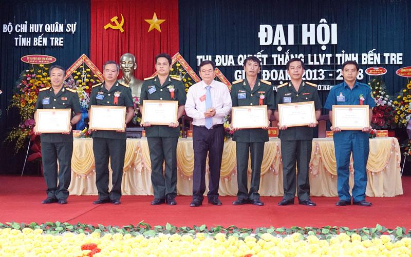 Bí thư Tỉnh ủy Võ Thành Hạo trao bằng khen của UBND tỉnh cho các tập thể, cá nhân. Ảnh: Q. Hùng