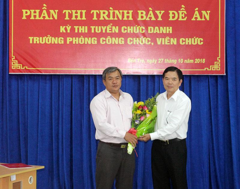 Giám đốc Sở Nội vụ Huỳnh Thanh Hiếu tặng hoa chúc mừng tân Trưởng phòng Công chức, viên chức.