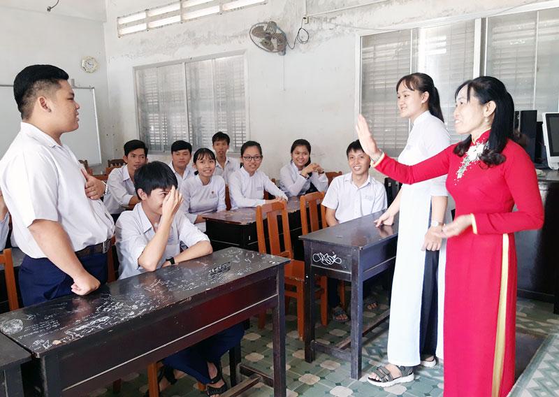 Tiết học tiếng Anh tại Trường THPT Che Guevara (Mỏ Cày Nam).