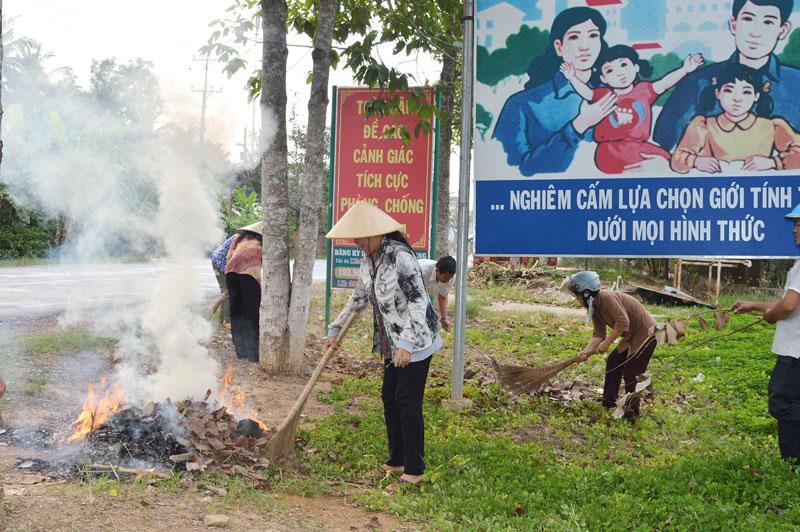 Người dân ở xã An Hiệp, Châu Thành dọn vệ sinh môi trường. Ảnh: Ánh Nguyệt