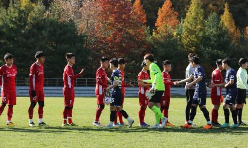 Cầu thủ hai đội làm thủ tục trước trận đấu. Ảnh: Onsport