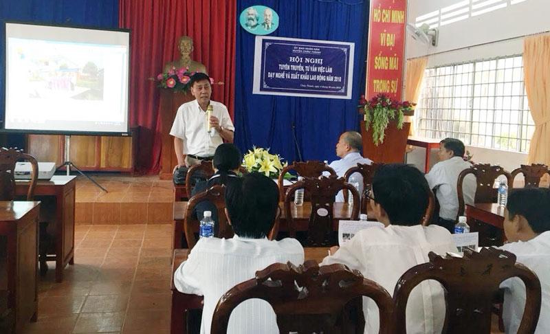Thời gian qua, huyện đẩy mạnh công tác tuyên truyền, tư vấn về XKLĐ cho người dân.