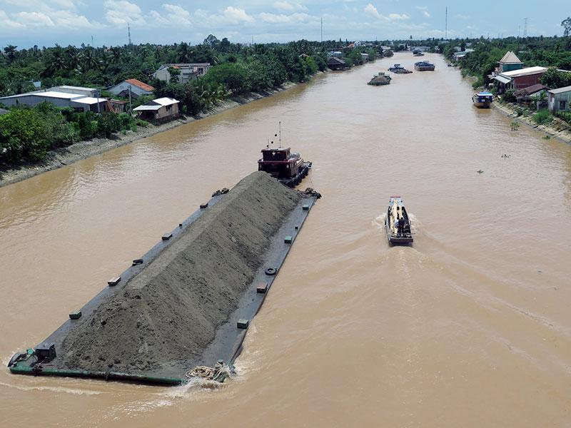 Nhiều phương tiện có trọng tải lớn thường xuyên mắc cạn ở kênh Chợ Lách, nhất là khi thủy triều xuống gây ùn tắc giao thông cục bộ.