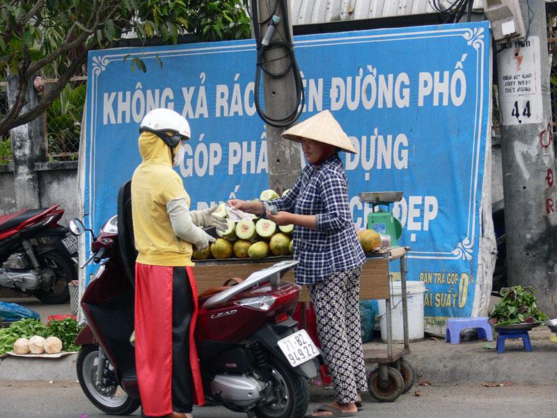 Mua bán chiếm lòng lề đường tại chợ Phường 8, TP. Bến Tre. Ảnh: T.Huyền