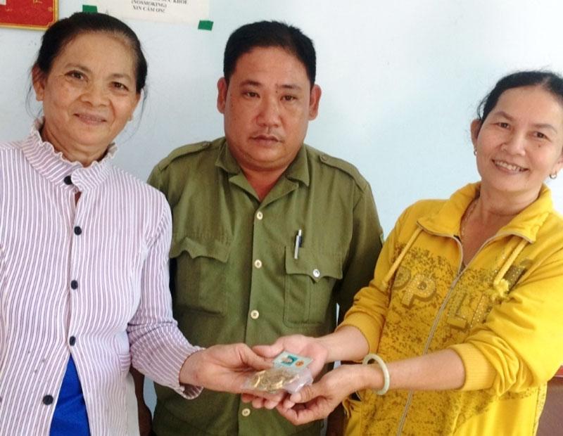 Công an xã Sơn Phú chứng kiến việc bàn giao tài sản cho bà Ri. Ảnh: Triều Sinh