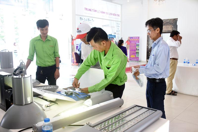 Giới thiệu thiết bị điện NLMT mái nhà cho người dân, doanh nghiệp.