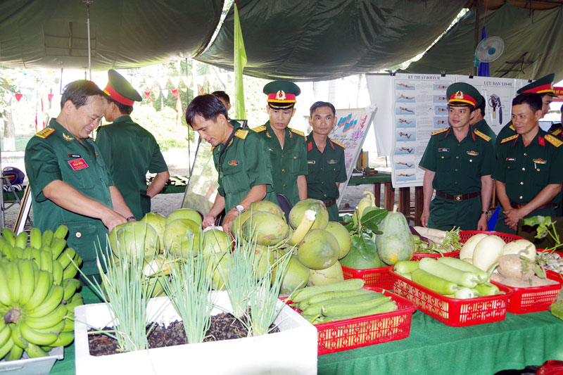 Cán bộ, chiến sĩ tham quan sản phẩm tăng gia sản xuất của các đơn vị trưng bày tại đại hội thi đua Quyết thắng giai đoạn 2013 - 2018. Ảnh: Đặng Thạch