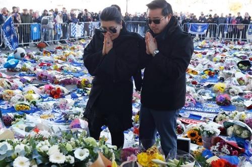 Aiyawatt cùng mẹ, bà Aimon tới sân King Power để tưởng niệm người cha Vichai vừa mất. Ảnh: EPA