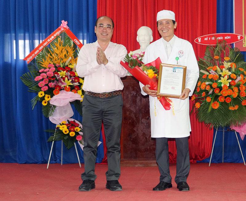Bí thư Huyện ủy ba Tri Nguyễn Văn Tuấn trao quyết định nâng hạng Bệnh viện Đa khoa Khu vực Ba Tri. Ảnh: Phan Hân