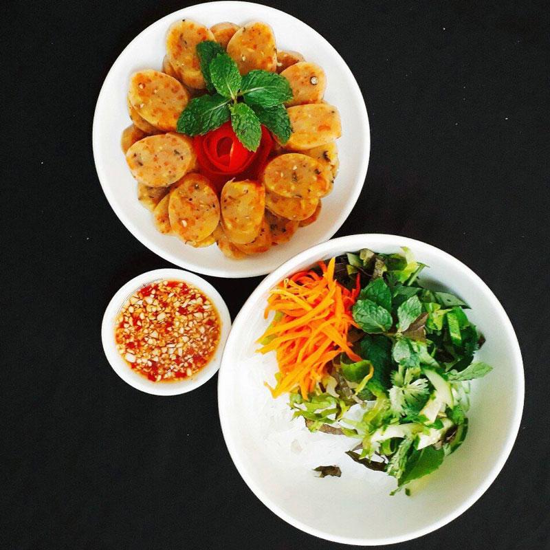 Nem chay Phú Đức thường hút khách nhất là vào các dịp rằm lớn.