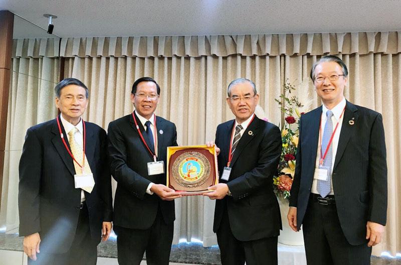 Phó bí thư Thường trực Tỉnh ủy Phan Văn Mãi (thứ 2, trái sang) trao biểu trưng của tỉnh cho Thống đốc Ngân hàng vùng Kansai. Ảnh: Châu Bình