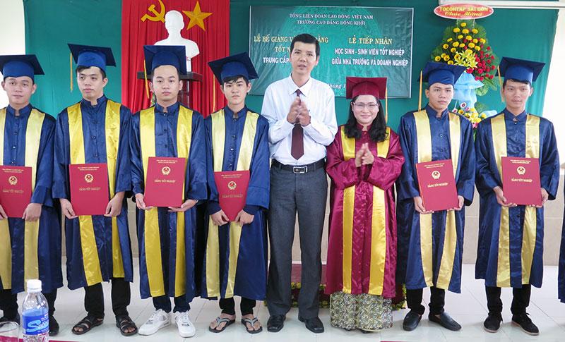 Trao bằng tốt nghiệp cho sinh viên K8.