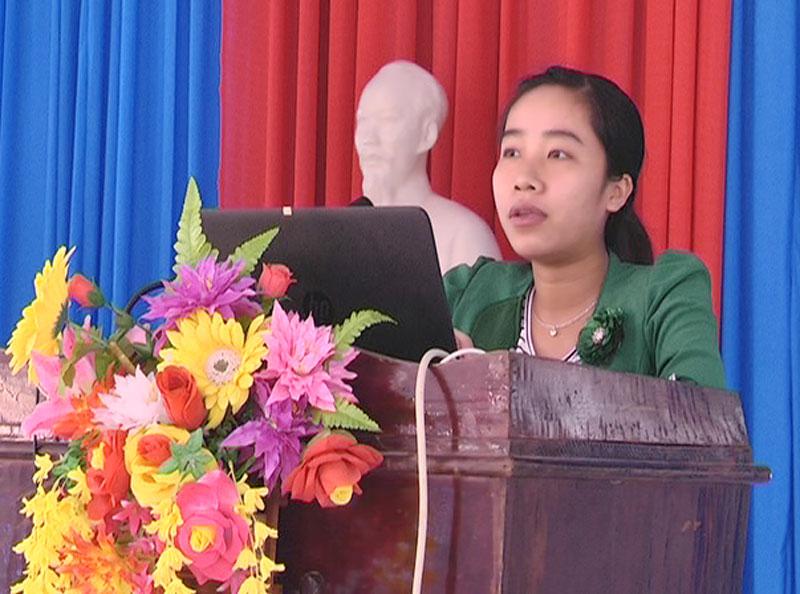 Đại diện Quỹ hỗ trợ phụ nữ phát triển kinh tế huyện Mỏ Cày Nam giới thiệu về quỹ cho đại biểu. Ảnh: Đức Cần