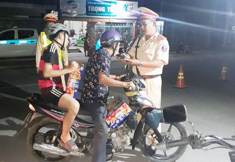 Phòng Cảnh sát giao thông, Công an tỉnh tiến hành tăng cường công tác tuần tra, kiểm soát trên đường tỉnh 885. Ảnh: Thủy Tiên