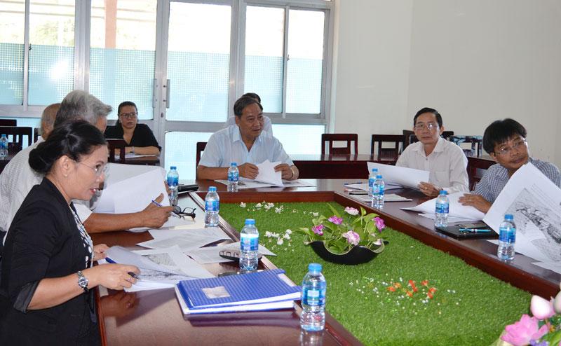 Phó chủ tịch UBND tỉnh, Chủ tịch Hội đồng nghệ thuật tỉnh Nguyễn Hữu Phước chủ trì buổi họp. Ảnh: A. Nguyệt