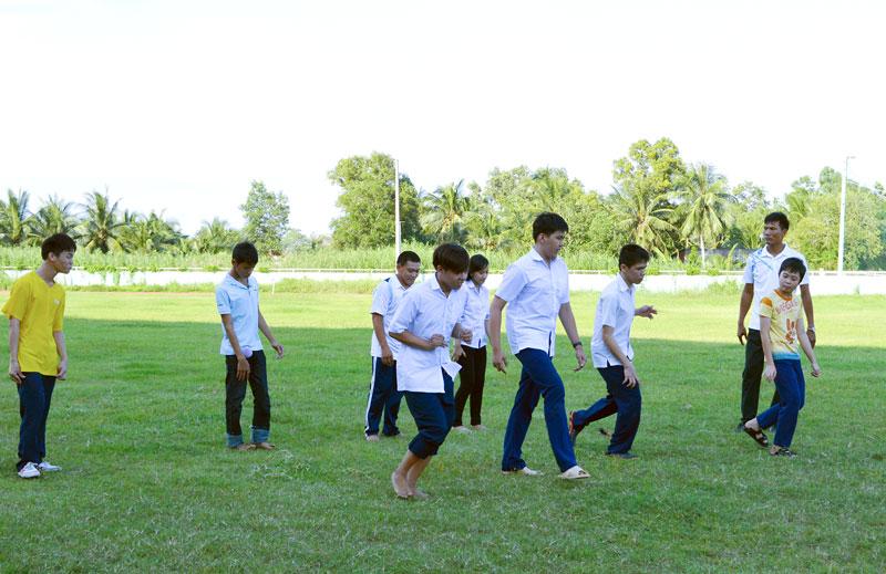 Các học viên tập luyện thể lực tại sân vận động tỉnh.