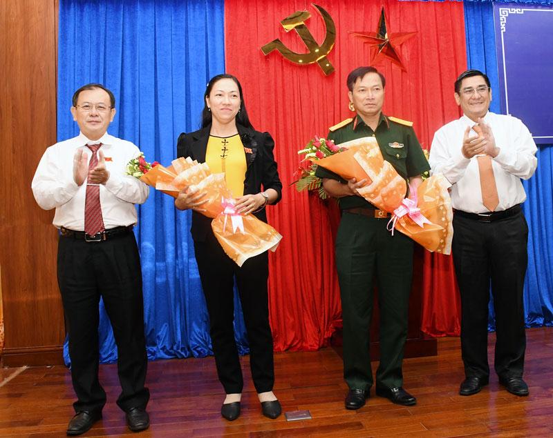 Trao hoa chúc mừng các đồng chí được bầu giữ chức vụ Phó chủ tịch HĐND tỉnh và Ủy viên UBND tỉnh.