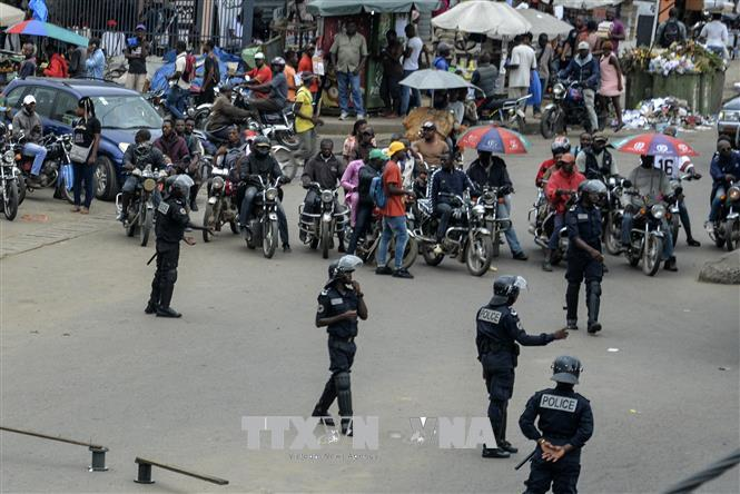 Cảnh sát Cameroon tuần tra tại Douala. Ảnh: AFP/TTXVN