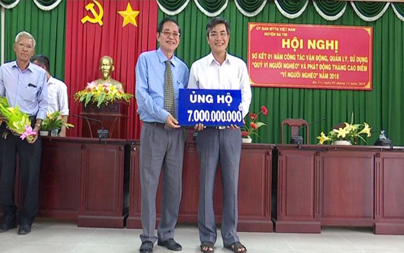 """Các đơn, tổ chức, cá nhân trao bảng tượng trưng đăng ký Quỹ """"Vì người nghèo"""". Ảnh: Trần Xiện"""