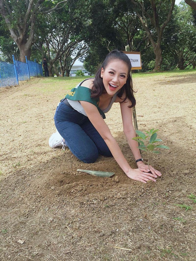 Hoa hậu Nguyễn Phương Khánh tham gia trồng cây bảo vệ môi trường (ảnh gia đình cung cấp).