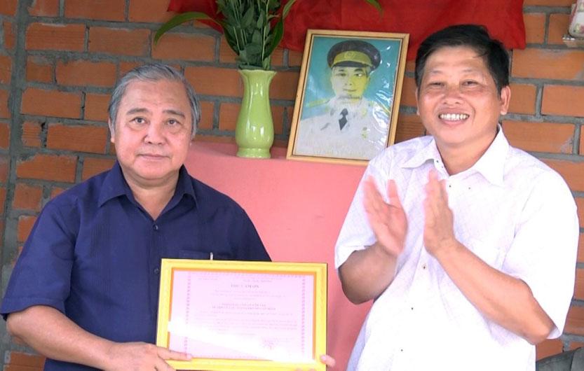 Trao thư cảm ơn cho ông Võ Văn Tân và những người bạn. Ảnh: Việt Cường