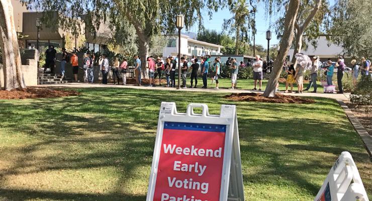 Người dân xếp hàng bỏ phiếu tại một điểm bầu cử sớm.