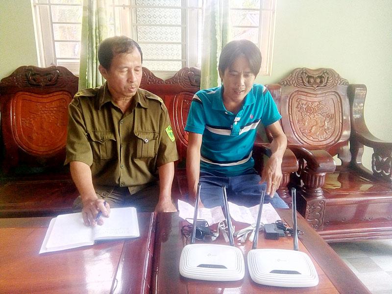 Anh Trần Hoài Tâm cung cấp thông tin cho Công an xã Mỹ Thạnh, huyện Giồng Trôm.