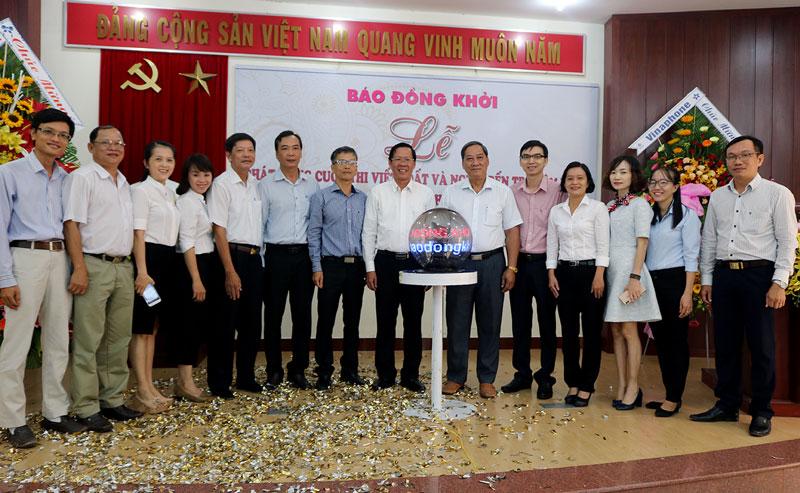 Lãnh đạo tỉnh chụp ảnh lưu niệm với các đại biểu và cán bộ, nhân viên Báo Đồng Khởi tại buổi lễ. Ảnh: Phan Hân