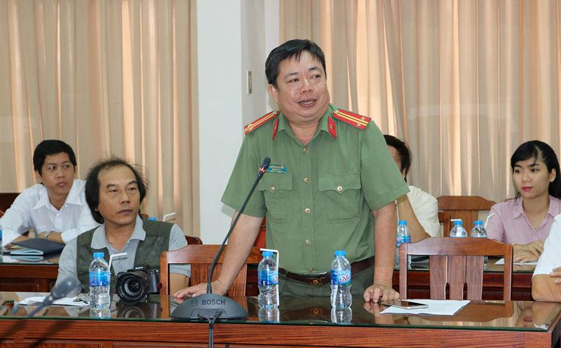 Trung tá Ngô Thanh Liêm - Đội trưởng Đội Tuyên truyền Phòng Công tác Đảng, Công tác chính trị Công an tỉnh đóng góp ý kiến. Ảnh: Phan Hân