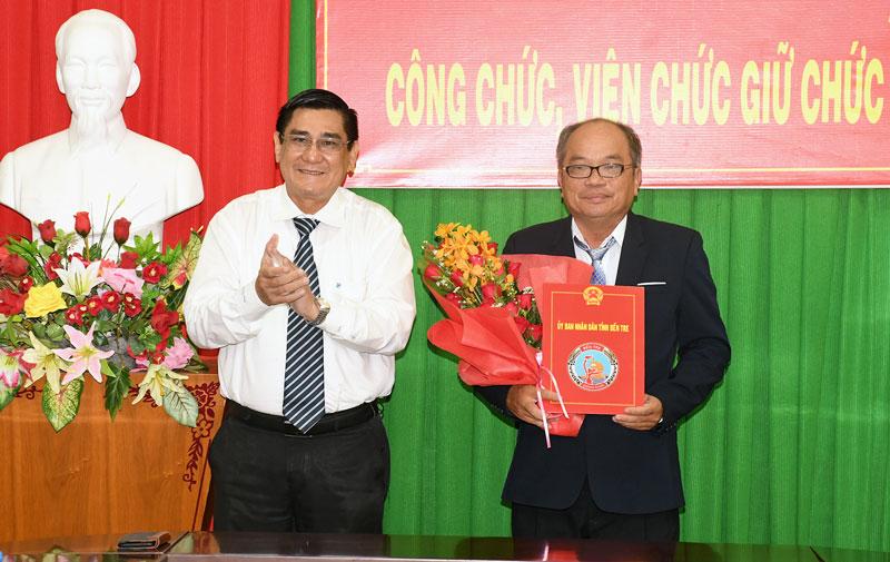 Phó chủ tịch UBND tỉnh Trương Duy Hải trao quyết định bổ nhiệm của UBND cho ông Huỳnh Quang Đức. Ảnh: H. Hiệp