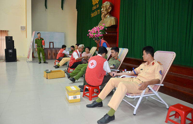 Cán bộ, đoàn viên Công an tỉnh tham gia hiến máu. Ảnh: Minh Tú