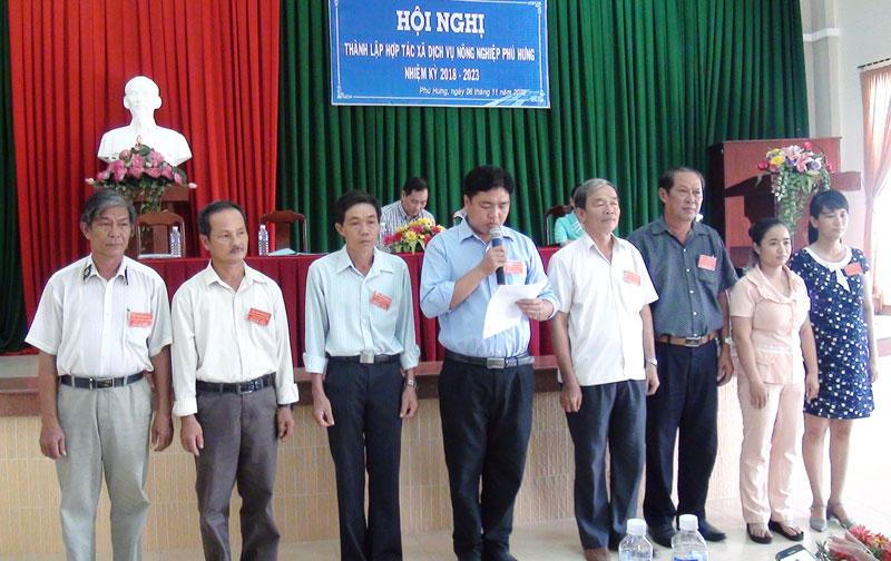 Hội đồng quản trị, Ban kiểm soát Hợp tác xã Dịch vụ nông nghiệp Phú Hưng ra mắt hạ quyết tâm. Ảnh: Hồng Quốc
