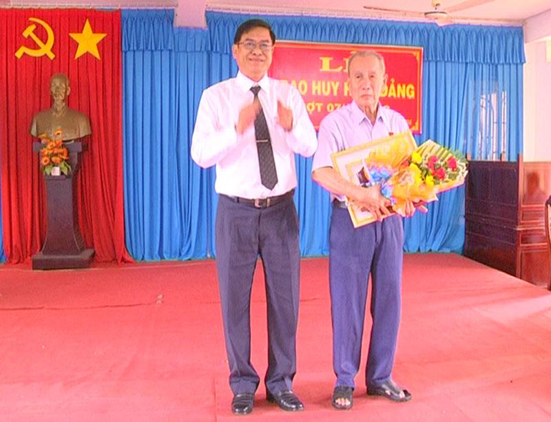 Trưởng Ban Nội chính Tỉnh ủy Nguyễn Hải Châu trao huy hiệu 60 năm tuổi Đảng cho đồng chí Nguyễn Nam Sơn, Đảng bộ xã An Định. Ảnh: Đức Cần