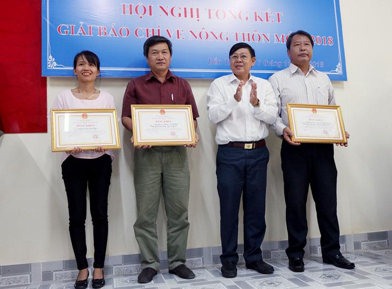 Ông Nguyễn Hữu Thọ trao Bằng khen của UBND tỉnh cho các tác giả có tác phẩm đạt giải nhất ở ba loại hình báo chí. Ảnh: Phan Hân