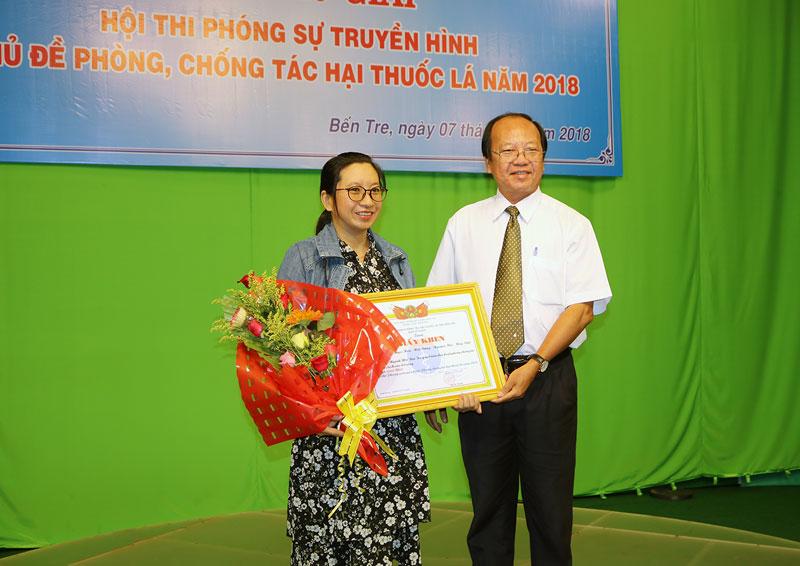 Giám đốc Sở Y tế Ngô Văn Tán trao giải nhất cho đại diện nhóm tác giả. Ảnh: Phan Hân