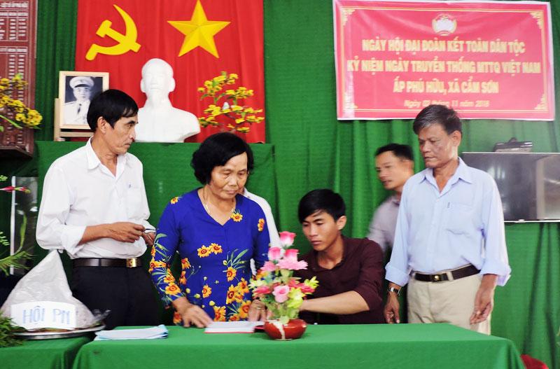 Đại diện các đoàn thể ký kết giao ước thi đua năm 2019 trong Ngày hội ĐĐKTDT tại ấp Phú Hữu, xã Cẩm Sơn, huyện Mỏ Cày Nam.