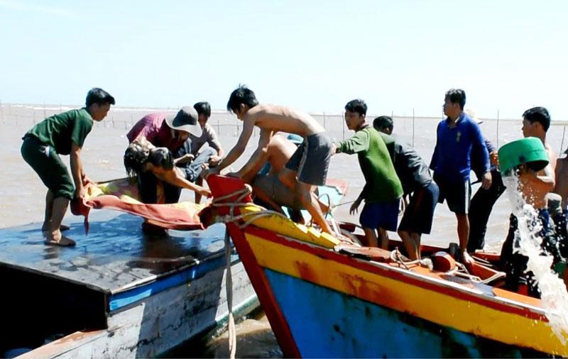 Cứu nạn ngư dân trên biển.  Ảnh: P.Khánh