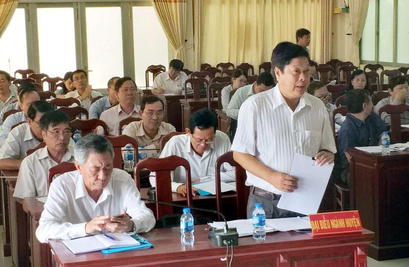 Chủ tịch UBND huyện Ba Tri Dương Minh Tùng phát biểu ý kiến tại cuộc họp. Ảnh: H. Linh
