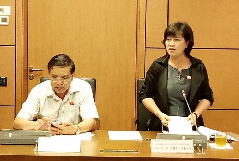 Đại biểu Nguyễn thị Lệ Thủy phát biểu tại phiên thảo luận. Ảnh: Văn Tân