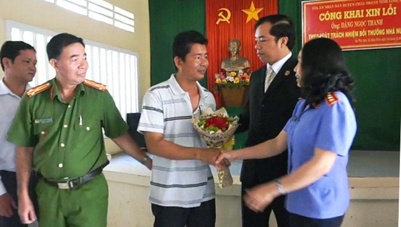 Anh Thanh (áo thun sọc) tại buổi minh oan tại xã Hữu Định. Ảnh: Triều Sinh