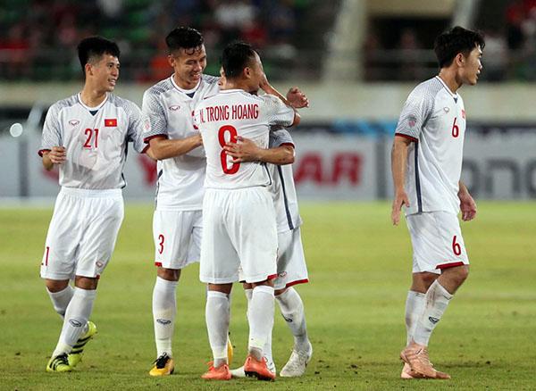 Niềm vui của cầu thủ Việt Nam sau khi Quang Hải sút phạt thành bàn. Ảnh: Đức Đồng.