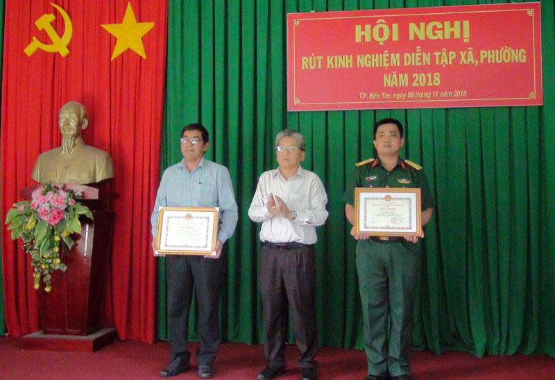 Chủ tịch UBND TP. Bến Tre Cao Thành Hiếu khen thưởng cho các tập thể và cá nhân. Ảnh: Hồng Quốc